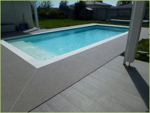 Swimming pool decks in gray marble aggregates