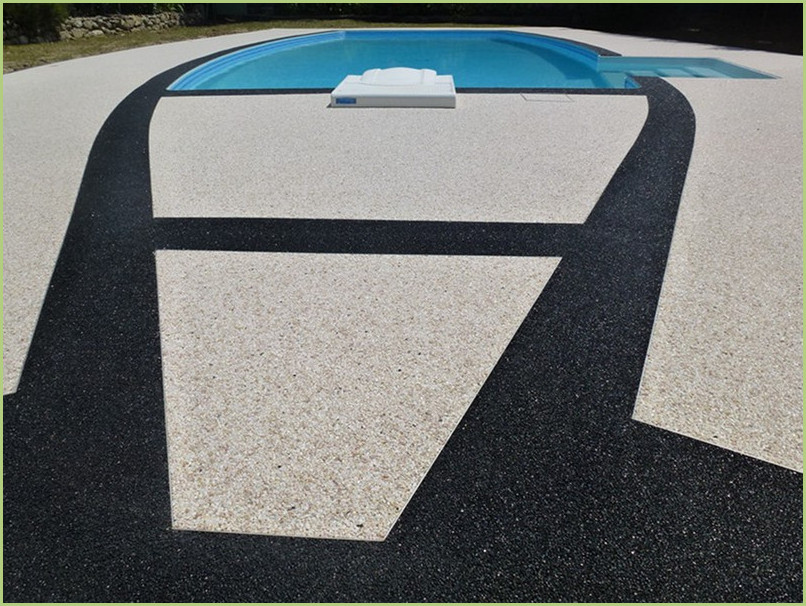Wonderful design focused essentially on the swimming pool. Two colors of marble