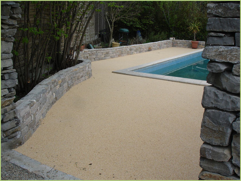 A swimming pool a little hidden, the beaches are in aggregates of marble RESIMARMO way