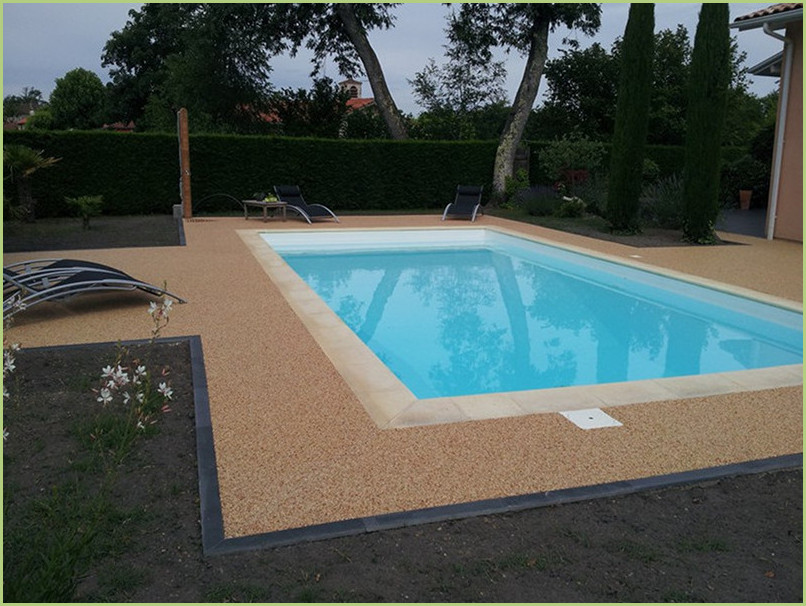 Beaches of swimming pool in marble aggregates, soft under the feet